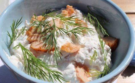 Serek śmietankowy z pieczonym łososiem, koperkiem i śmietaną